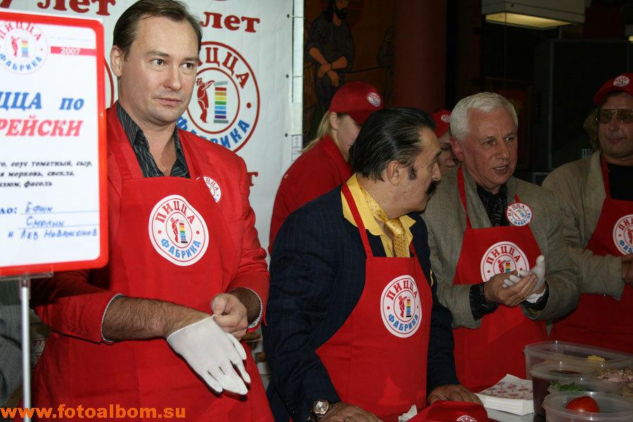 Подготовка к конкурсу: слева направо актер Александр Песков, певец Вили Токарев