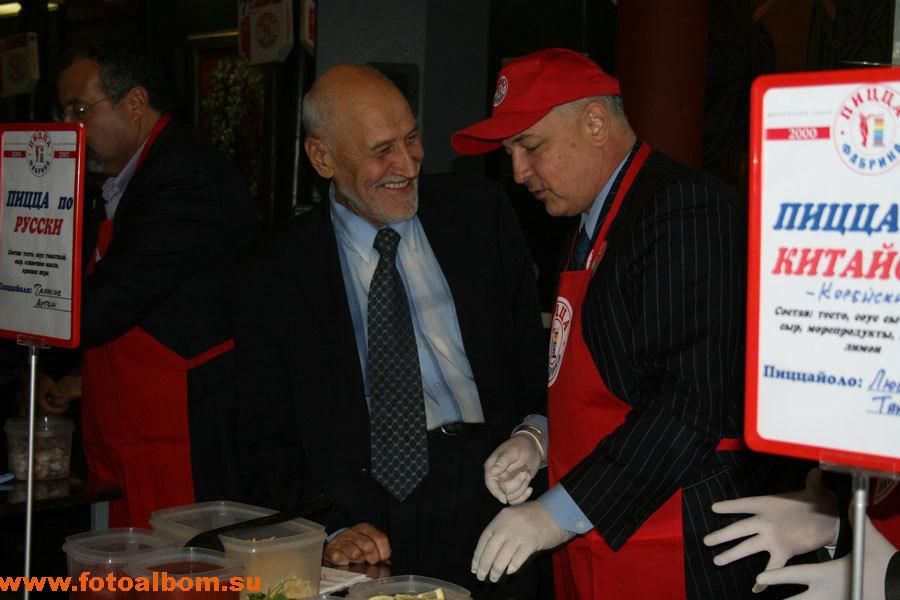 Перед началом соревнования профессор Николай Дроздов советует бизнесмену Артему
