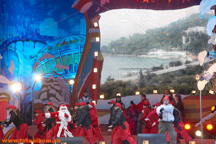 праздничная сцена, на которой выступали юные спортсмены на фоне сочинских