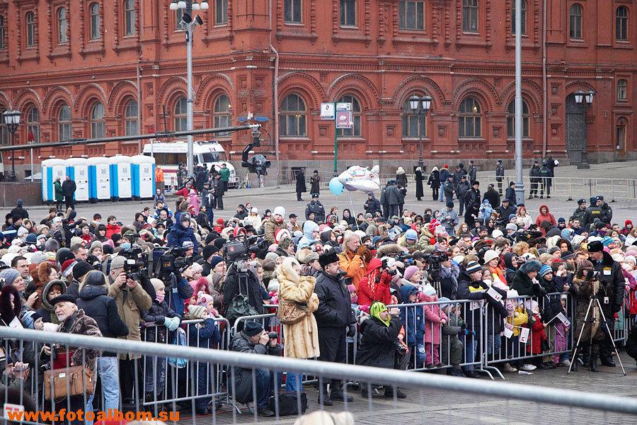 примерно половина Манежной площади была усеяна зрителями, в основном детьми