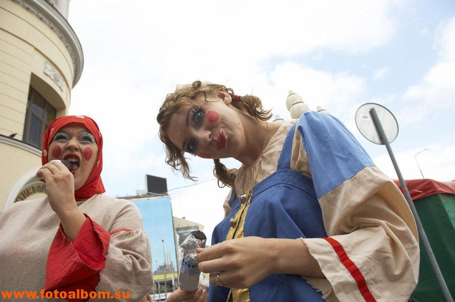 Карнавальное шествие участников фестиваля перед его открытием