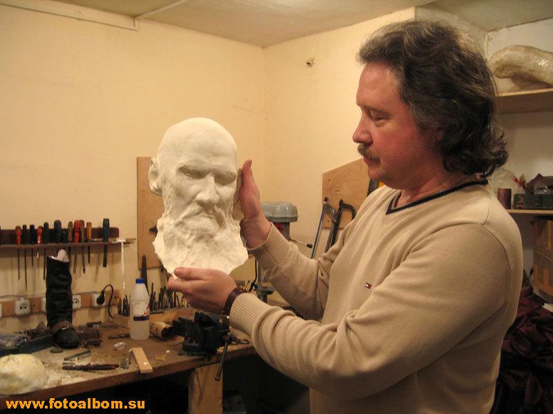 Михаил Нестеров показывает посмертную маску Толстого