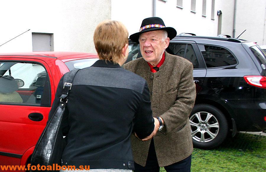 Олег Попов с переводчицей