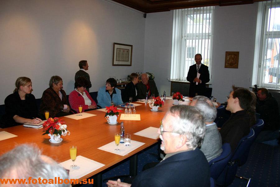 Попова пришли встречать  представители всех партий и руководители города