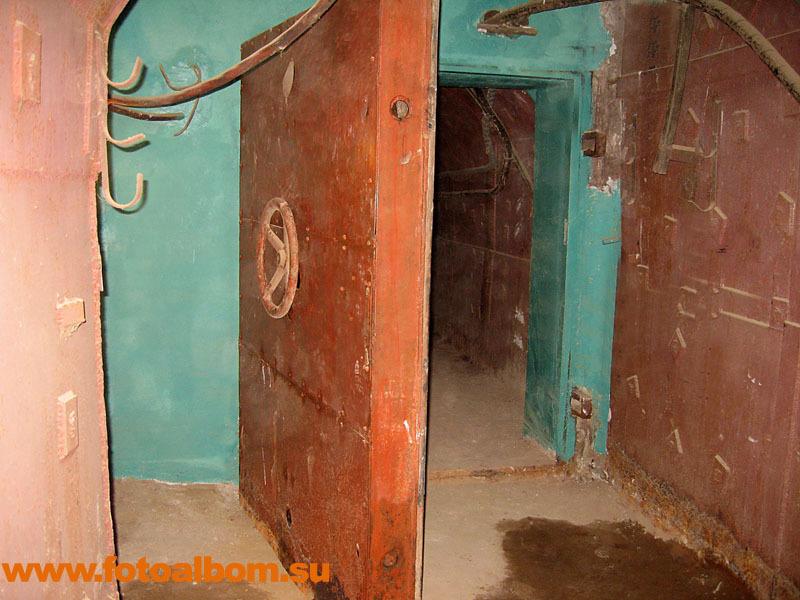 Каждый коридор перекрывался стальной дверью