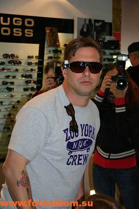 В этих очках Болдуин помолодел