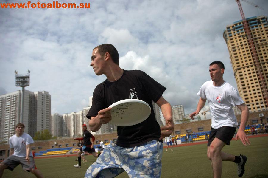 Командная игра Ultimate Frisbee. Команды соревнуются в том, кто чаще всего