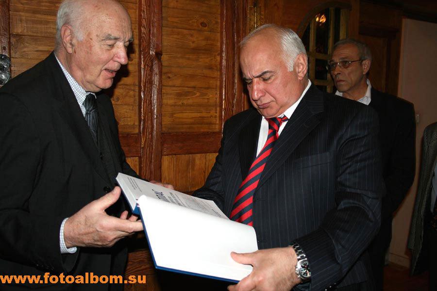 слева директор ГНЦ гематологии РАМН, академик Андрей  Воробьев, справа –