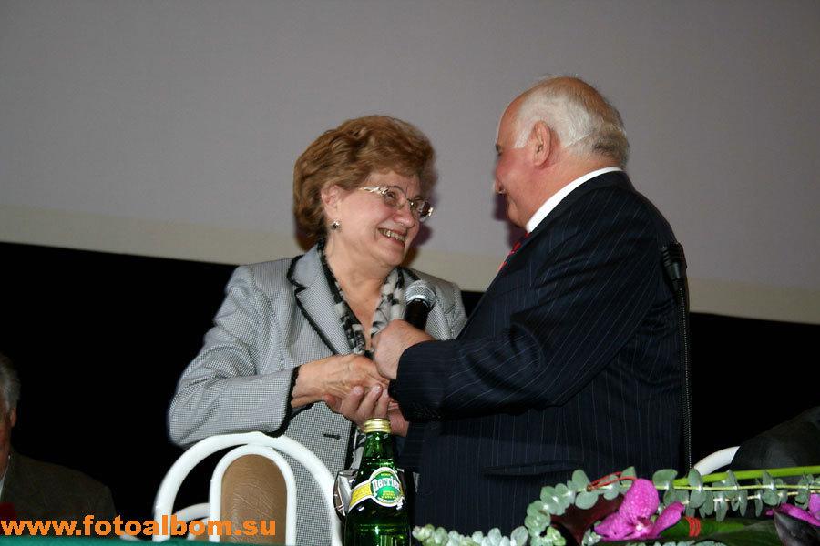 Михаил Давыдов вручает памятные награды ведущим специалистам онкоцентра