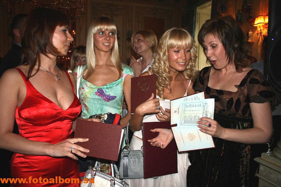 Счастливые выпускницы – Анна Шарикова с подругой, Евгения Турецкая,  Майя