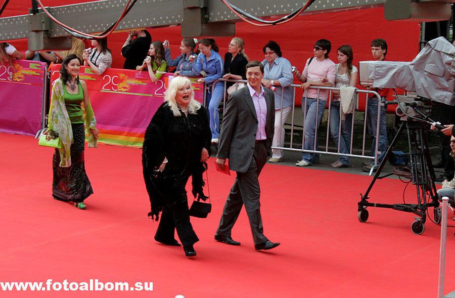 актриса МХТ Ирина Мирошниченко, за ней – актриса театра «Сатирикон» Любовь