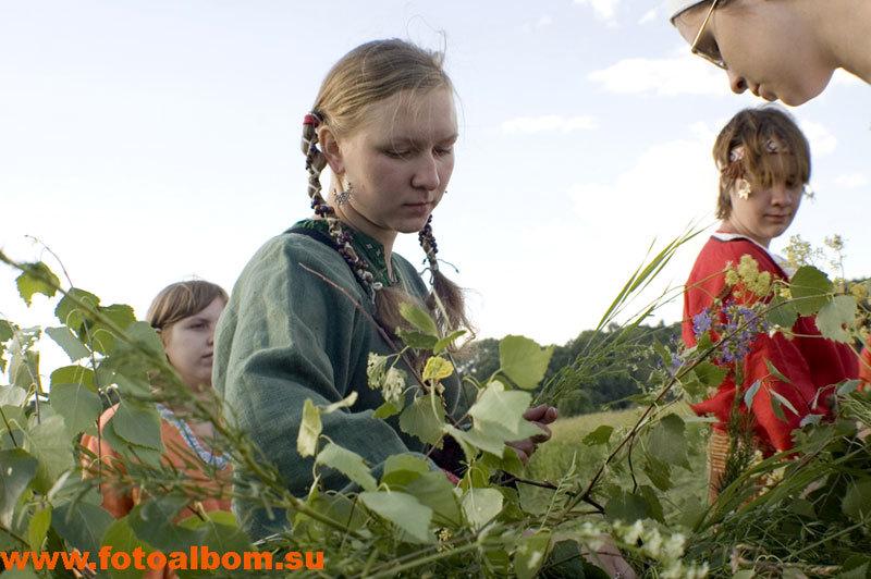 Девушки плетут из трав главные ворота   , через которые нужно будет проходить