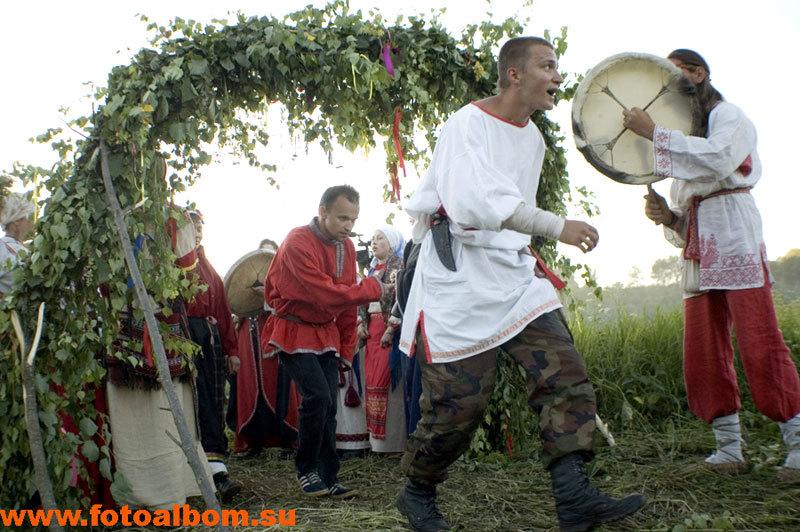 Через ритуальные плетеные ворота невозможно пройти не поклонившись капищу...