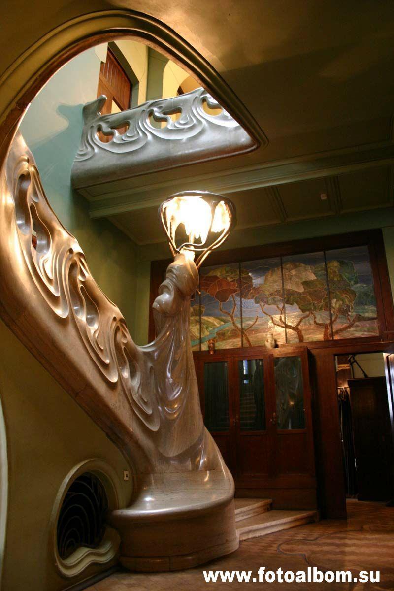 «Лицо дома» - знаменитая на весь мир лестница, напоминающая каскад волн,
