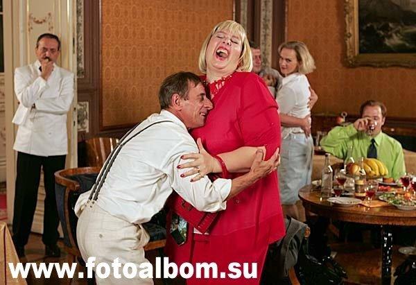 Сериал «Парижская любовь». Российские туристы резвятся в парижской гостинице.