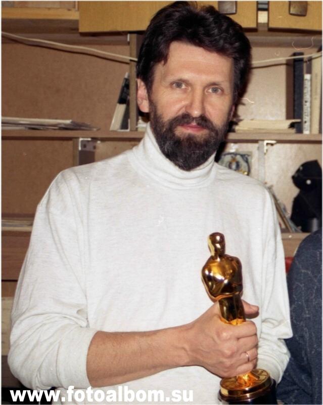 Режиссер Александр Петров с золотой статуэткой. Фотография сделана в студии