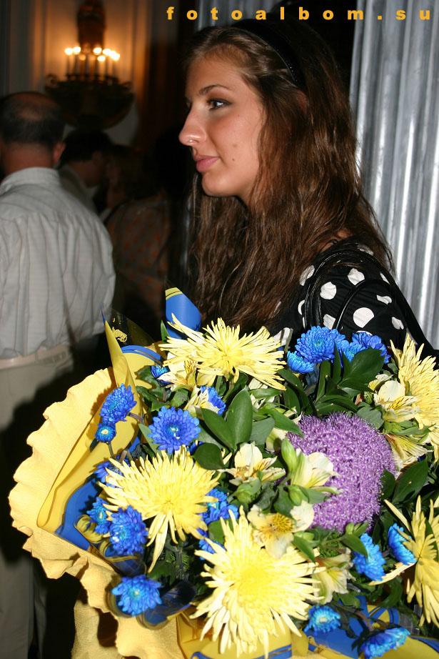 Солистка группы «А-Студио» Кети Топурия с букетом для Билана
