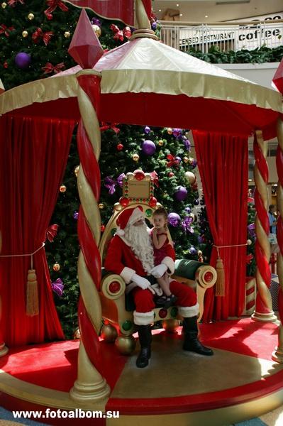 Сингапур. Торговый центр. Ребенок просит Санта Клауса выполнить его заветное