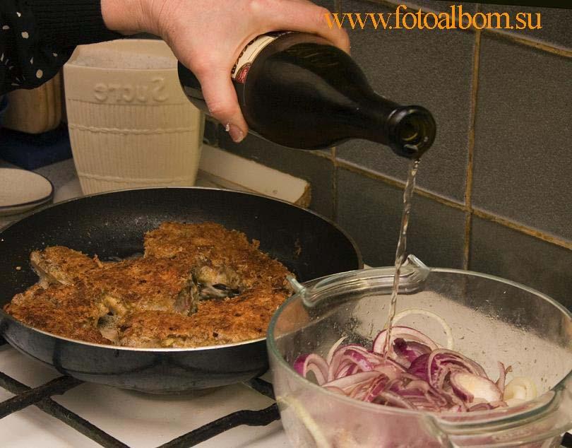 Тушится лук. Лук нарезать кольцами, посыпать солью, сахаром и развести вином
