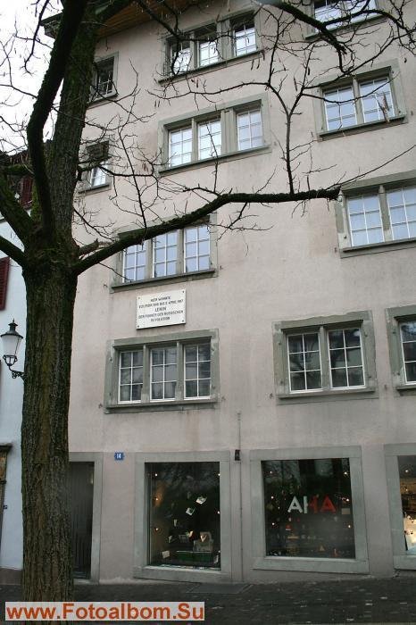 Окно квартиры Ленина на втором этаже – под  доской.  Новый хозяин дома хочет