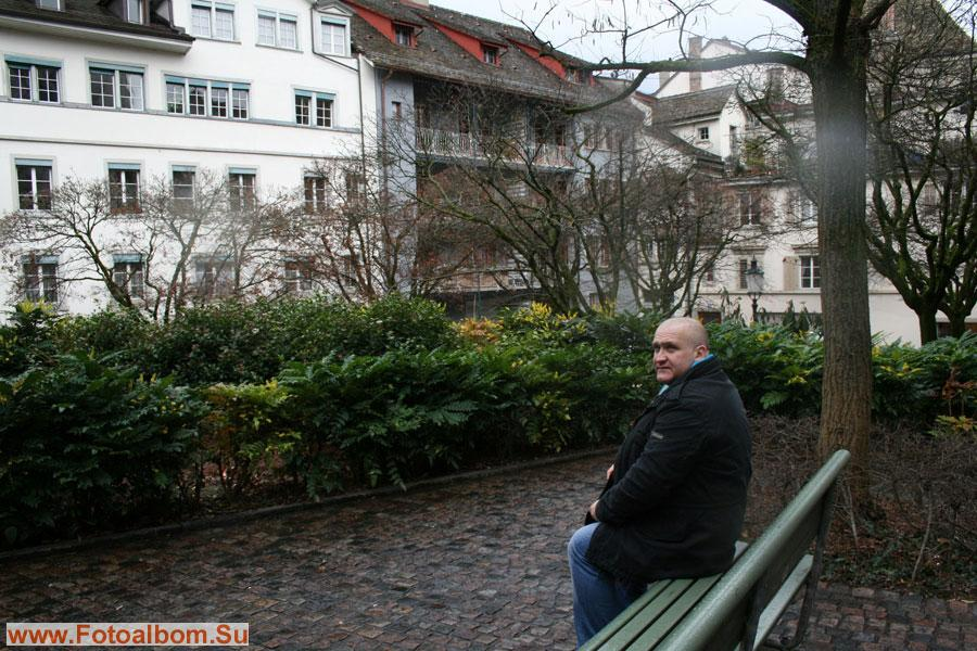 Изредка на лавочку под окна квартиры Ильича приходят старые коммунисты, подолгу