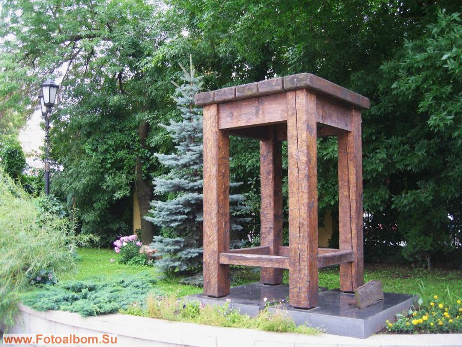 Памятник первому табурету земли русской от музея мебели