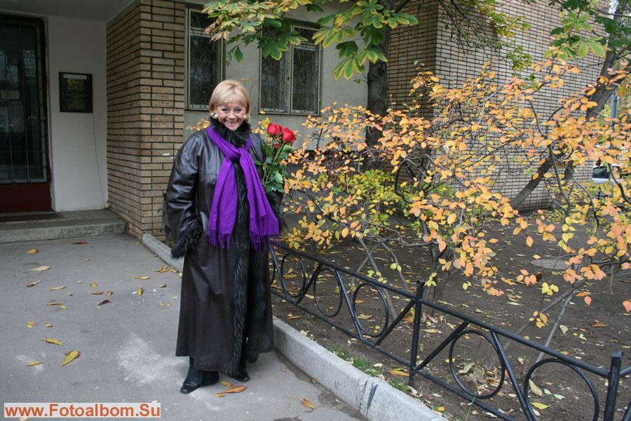Татьяна Егорова у подъезда дома Марии Мироновой и Александра Менакера. Эту