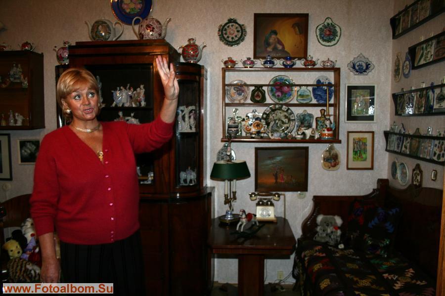 Гостиная. На стене коллекция  расписных досок, которые коллекционировала Мария
