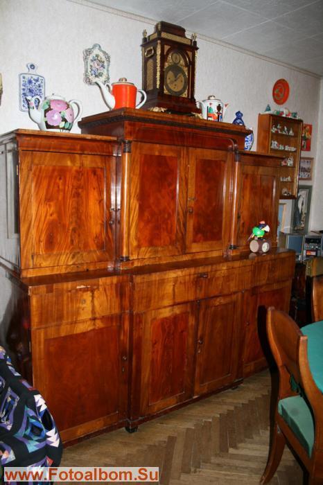 Антикварный шкаф. Что бы внести в комнату его реставраторы распилили пополам, а
