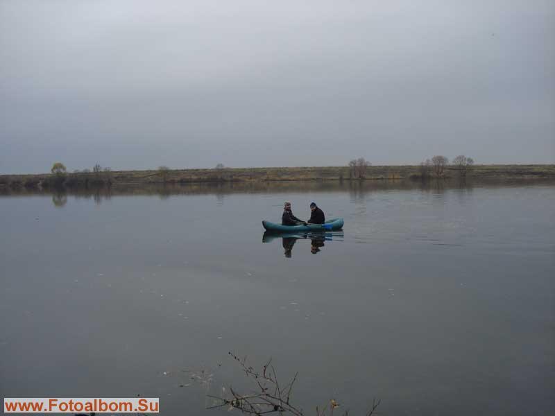 гладь реки и лодка