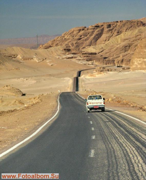 Дорога к Каньону идет среди гор и песков
