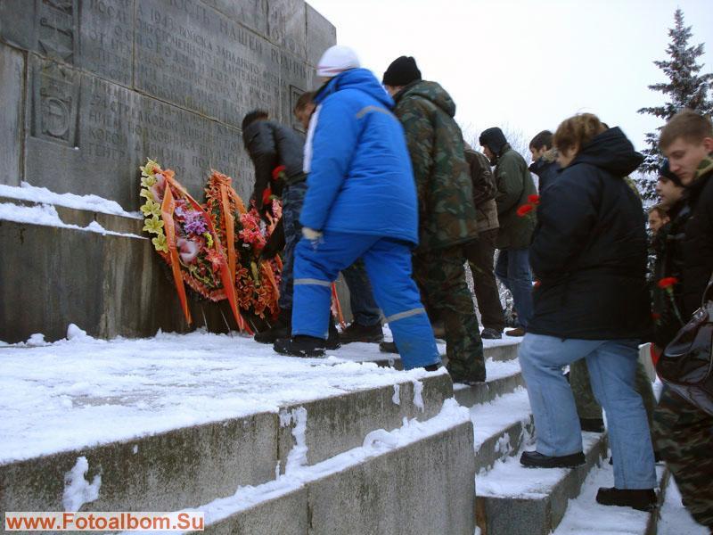 возложение цветов к монументу (тоже традиция)