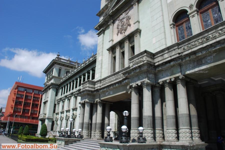 Сочетает здания колониальной архитектуры, стеклянные  небоскребы и современные