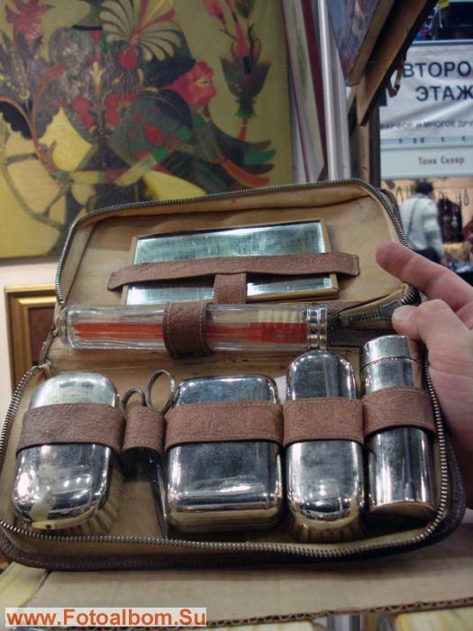 дорожный набор для мужчины: в кожанном чехле мыльница, стеклянная тара...