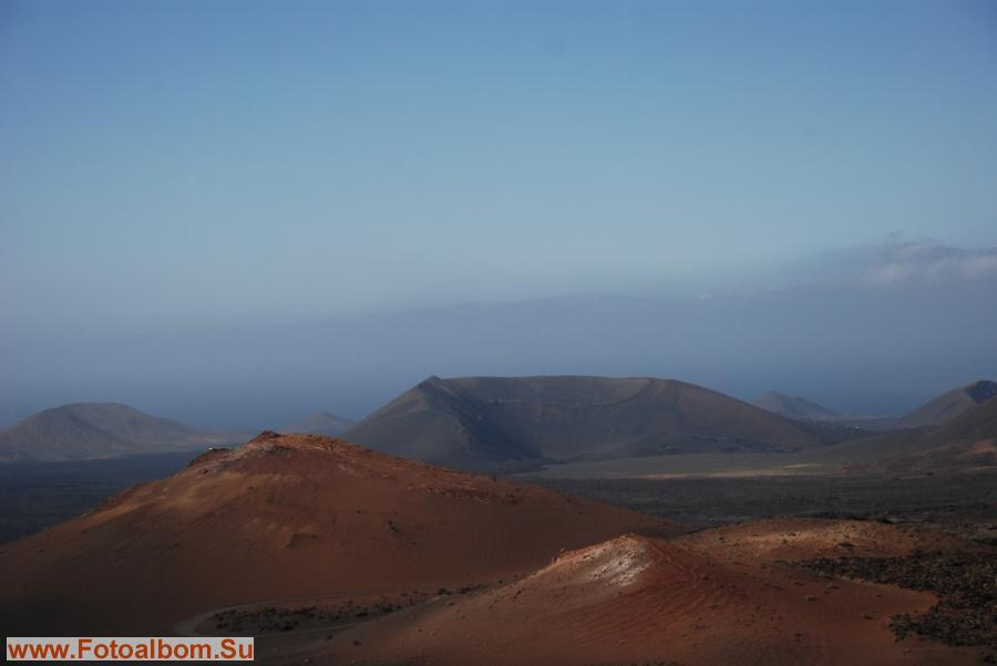 Второй цвет – красный, это цвет вулканических холмов, которые, кажется, все так