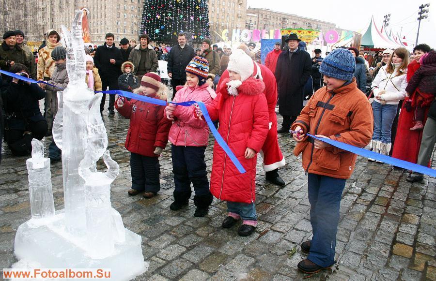 Открывали  ледяные скульптуры будущие космонавты, поэты и клоунессы