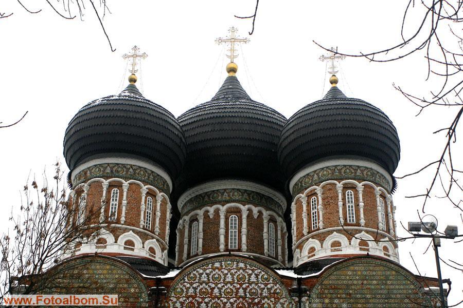 Важную роль в оформлении собора играют рельефные поливные изразцы, выполненные