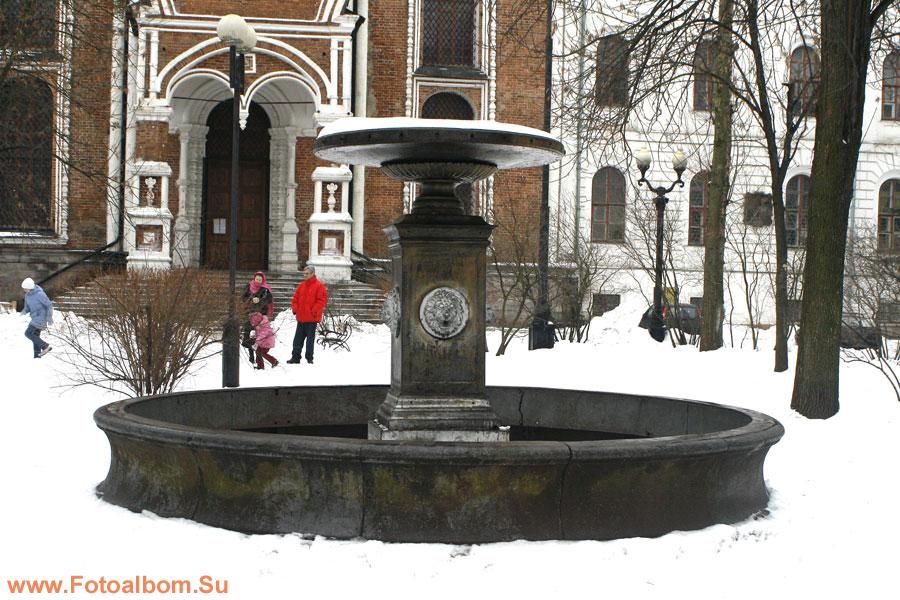 Чугунный фонтан (1859) в сквере перед Покровским собором. Ранее на месте сквера