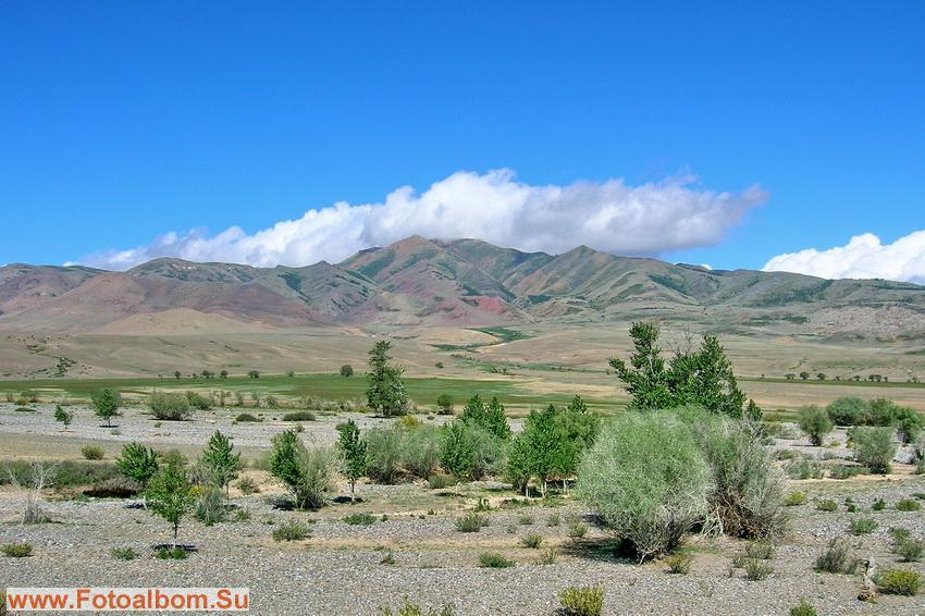 Долина Чаган-узуна.Весной  гор здесь бежит множество ручьев,а в июне вот сухо.