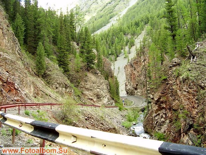Дорогу из Акташа в Улаган обступают с обеих сторон ущелье, скалы Красные ворота.