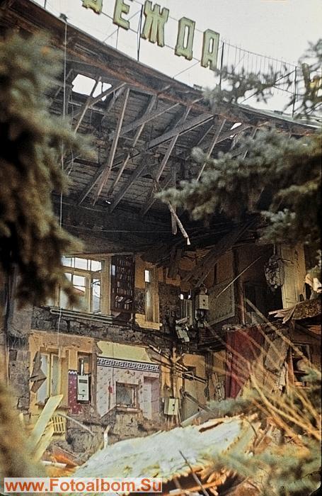 Устоявшие дома были как будто с вывернутым нутром.