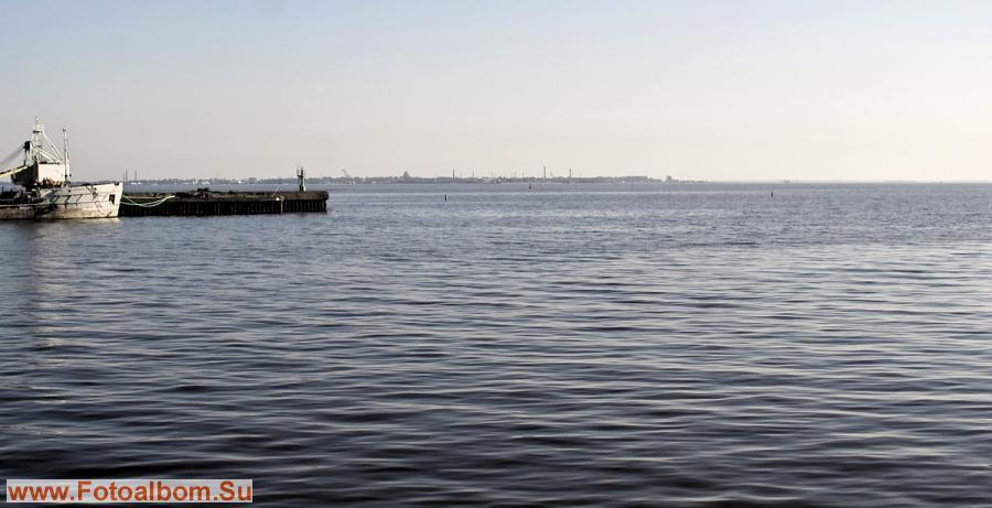 Остров Котлин виден с материка в окружении разрушающихся фортов. Форты,