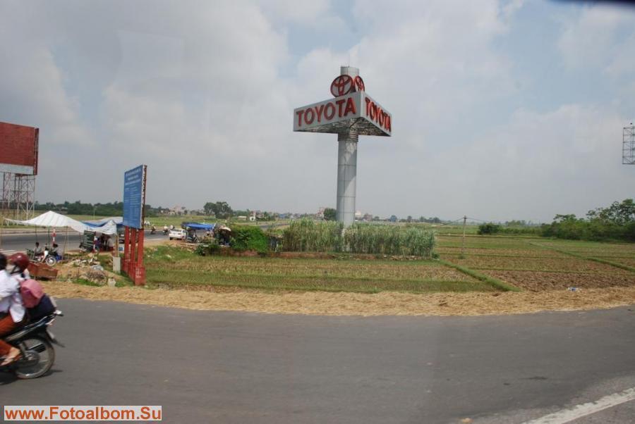Уже по дороге из аэропорта в столицу становиться понятно, что многие вьетнамцы