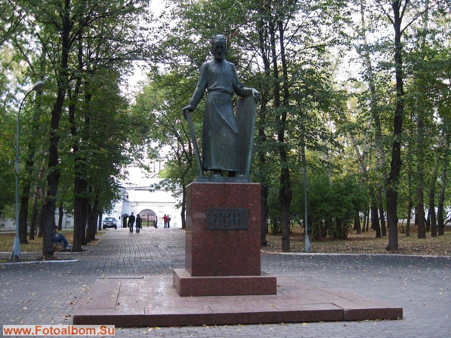 Памятник Андрею Рублеву в сквере перед монастырем