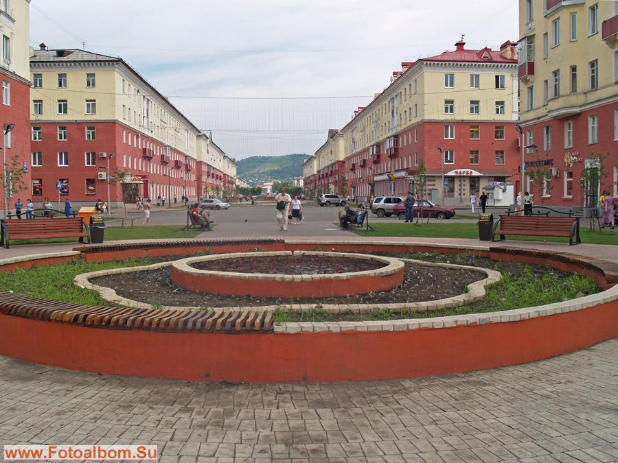 Клумба на главной улице города