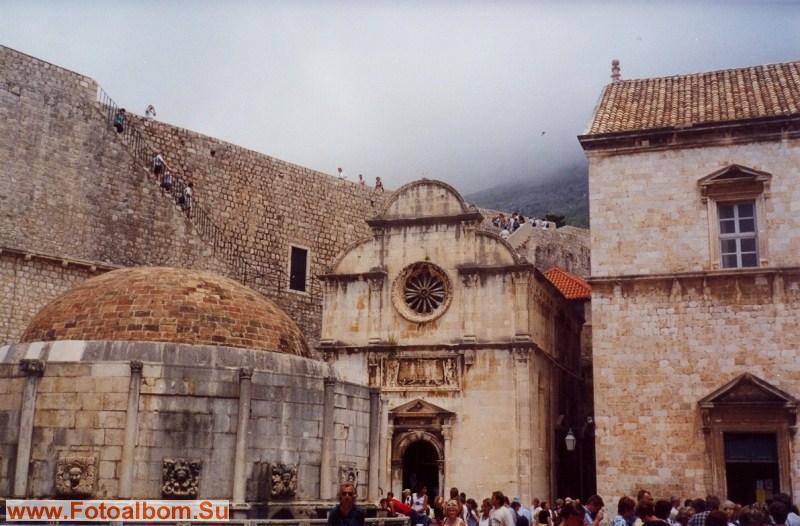 Церковь является образцом архитектуры  далматинского Возраждения. Её фасад