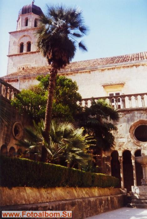 Францисканский монастырь знаменит своим внутренним двориком., построенным в