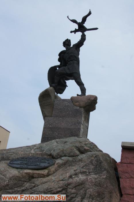 Памятник основателю города Василию Храброму.