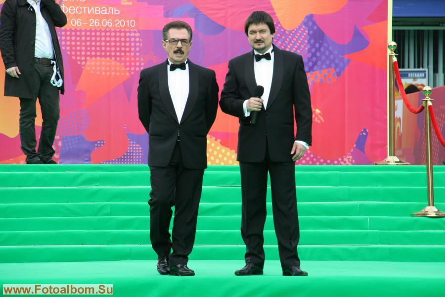 Ведущие телевизионной версии – кинокритики Борис Берман и Ильдар Жиндарев