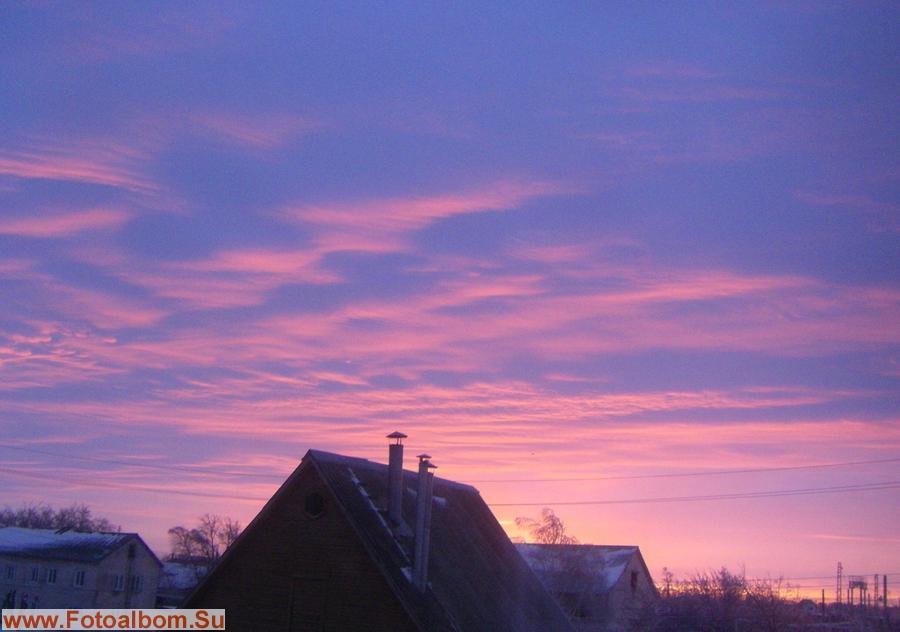 И окрашивая розовым облака, как будто показывая язык, всем неприятностям